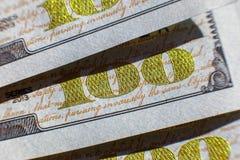 Opinión del primer sobre cientos billetes de dólar Opinión macra sobre cientos billetes de banco del dólar imágenes de archivo libres de regalías