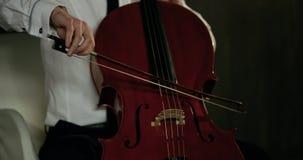 Opinión del primer sobre el violoncello en orquesta Cámara lenta 4K metrajes