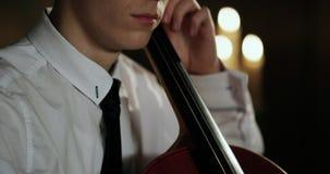 Opinión del primer sobre el violoncello en orquesta Cámara lenta 4K Epopeya roja almacen de metraje de vídeo