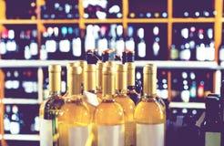 Opinión del primer sobre las diversas botellas de la bebida del alcohol foto de archivo