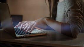 Opinión del primer sobre las manos femeninas que mecanografían en el ordenador portátil Mujer morena que usa el ordenador que se  almacen de video