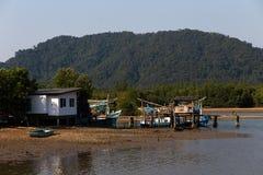 Opinión del pueblo de los pequeños pescadores en la isla de Ko Chang de Tailandia en abril de 2018 fotos de archivo libres de regalías