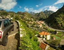 Opinión del pueblo de montaña Imagenes de archivo