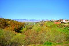 Opinión del pueblo del otoño de la montaña balcánica Fotos de archivo libres de regalías