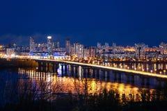 Opinión del puente de Paton y paisaje de la noche Kyiv Fotos de archivo libres de regalías