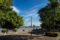 Opinión del puente de Rama 8 del parque de Santichaiprakarn Imagenes de archivo