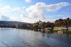 Opinión del puente del ` s de Stefanik la academia de Straka en el río de Moldava en Praga, República Checa imagen de archivo