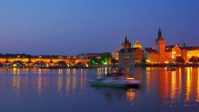 opinión del puente y del castillo de Charles, Praga, enfoque hacia fuera, timelapse, 4k