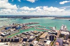 Opinión del puente y del puerto de Auckland de la plataforma de observación fotografía de archivo