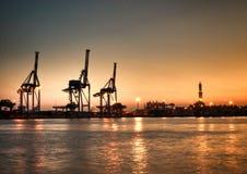 Opinión del puerto de Génova Oporto Antico con las grúas y la señal de Lanterna imagen de archivo libre de regalías