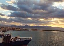 Opinión del puerto de Heraklion desde arriba del fuerte veneciano parqueado de la nave de los koules comerciales del puerto viejo fotografía de archivo libre de regalías