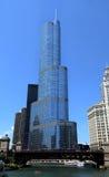 Opinión del río Chicago, con el hotel internacional del triunfo del puente y T Imágenes de archivo libres de regalías