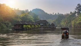 Opinión del río con la casa de la balsa en el río Kwai en Kanchanaburi fotos de archivo