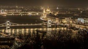 Opinión del río de Budapest en la noche Edificio del parlamento Foto de archivo libre de regalías