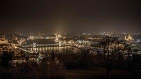 Opinión del río de Budapest en la noche Edificio del parlamento Fotos de archivo libres de regalías
