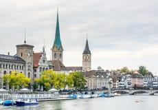 Opinión del río de dos torres de iglesia en Zurich Fotos de archivo