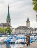 Opinión del río de dos torres de iglesia en Zurich Imagenes de archivo