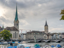 Opinión del río de dos torres de iglesia en Zurich Fotos de archivo libres de regalías