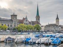 Opinión del río de dos torres de iglesia en Zurich Imagen de archivo libre de regalías