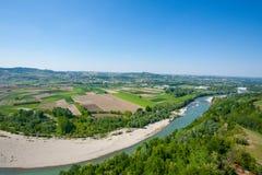 Opinión del río de Tanaro de Langhe, Italia foto de archivo libre de regalías