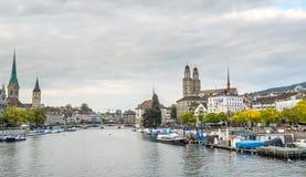 Opinión del río de tres iglesias en Zurich Fotos de archivo
