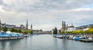 Opinión del río de tres iglesias en Zurich Foto de archivo