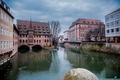 Opinión del río en Nuremberg, gaviotas de la nadada imagen de archivo