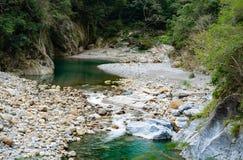 Opinión del río a lo largo del rastro de Shakadang en el parque nacional i de la garganta del taroko imagen de archivo