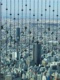 Opinión del rascacielos de Tokio a través de la cortina de cristal Imagenes de archivo