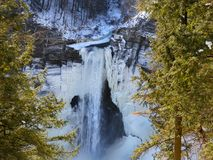 Opinión del rastro del invierno de las caídas de Taughannock de caídas heladas foto de archivo