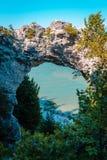 Opinión del retrato de la roca del arco que mira hacia fuera sobre el lago Hurón en la isla de Mackinac Imágenes de archivo libres de regalías