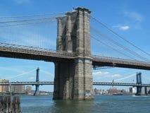 Opinión del retrato de la torre del puente de Brooklyn, de Manhattan del puente parte posterior adentro Foto de archivo