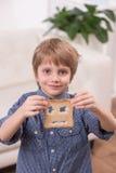 Opinión del retrato el muchacho del niño que se sienta en casa fotos de archivo libres de regalías