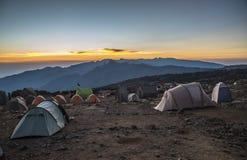 Opinión del sitio para acampar en la ruta de Kilimanjaro Machame fotos de archivo