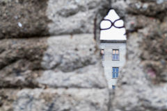 opinión del Suave-foco de desmenuzar a Berlin Wall con el edificio civil Fotos de archivo libres de regalías