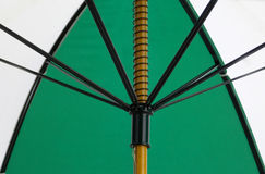 Opinión del superficie inferior de un paraguas verde y blanco Imagen de archivo