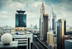 Opinión del tejado de las torres de la bahía del negocio de Dubai La señal de Dubai famoso Foto de archivo libre de regalías