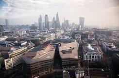 opinión del tejado sobre Londres en un día de niebla de San Pablo y de x27; catedral de s Fotografía de archivo libre de regalías