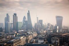 opinión del tejado sobre Londres en un día de niebla de San Pablo y de x27; catedral de s Foto de archivo