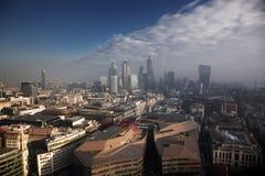 opinión del tejado sobre Londres en un día de niebla de San Pablo y de x27; catedral de s Imagen de archivo