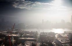 opinión del tejado sobre Londres en un día de niebla de San Pablo y de x27; catedral de s Fotografía de archivo