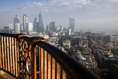 opinión del tejado sobre Londres en un día de niebla de San Pablo y de x27; catedral de s Imágenes de archivo libres de regalías