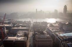 opinión del tejado sobre Londres en un día de niebla de San Pablo y de x27; catedral de s Fotos de archivo libres de regalías