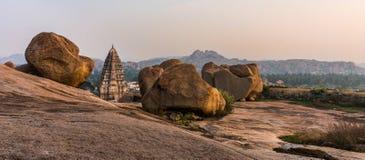 Opinión del templo de Virupaksha de la colina de Hemakuta en la puesta del sol en Hampi Imagen de archivo