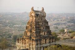 Opinión del templo de Virupaksha de la colina de Hemakuta en la salida del sol en Hampi, Karnataka, la India fotografía de archivo libre de regalías