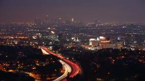 opinión del timelapse de 4K UltraHD A sobre Los Ángeles en la noche con las luces del tráfico de la autopista metrajes