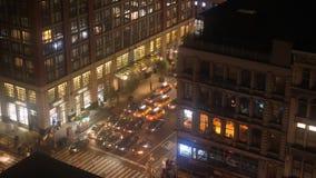 Opinión del timelapse de la noche del alto ángulo del tráfico de Manhattan almacen de video