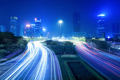 Opinión del tráfico de la noche de la ciudad Fotografía de archivo