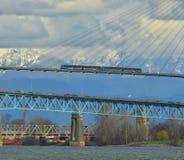 Opinión del transporte de la ciudad sobre un día soleado con montañas azules y fondo del cielo nublado Fotos de archivo libres de regalías