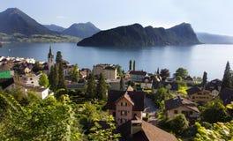 Opinión del tren de la ventana del pueblo del vitznau y del lucerne del lago, abajo del kulm de Rigi, Alfalfa, Suiza, Europa Fotos de archivo libres de regalías